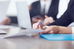 Geschäftsleute, die bei einer Sitzung zusammenarbeiten Lizenzfreies Stockfoto
