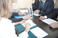 Geschäftsleute, die Berichte behandeln Lizenzfreies Stockfoto