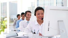 Geschäftsleute, die in Call-Center arbeiten stock video