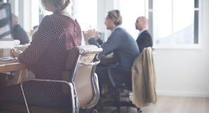 Geschäftsleute, die Computer-Arbeitskonzept verwenden stockbild