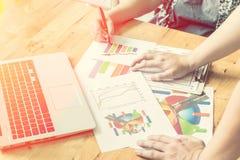 Geschäftsleute, die das Arbeiten im Büro für die Diskussion von documen treffen Stockfotos