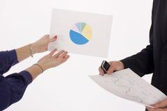 Geschäftsleute, die das Diagramm behandeln Lizenzfreie Stockfotos