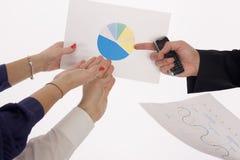 Geschäftsleute, die das Diagramm behandeln Stockbilder
