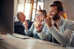 Geschäftsleute, die das Erfolgsarbeiten erfolgreich feiern stockfoto