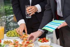 Geschäftsleute, die das Mittagessen essen lizenzfreies stockbild