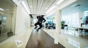 Geschäftsleute, die in den Bürokorridor, Geschäftsleute C gehen Lizenzfreies Stockfoto