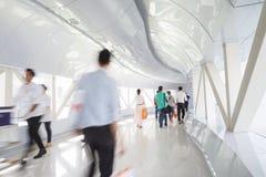 Geschäftsleute, die in den Bürokorridor gehen Lizenzfreies Stockfoto