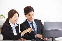 Geschäftsleute, die den Computer schauen stockfotografie
