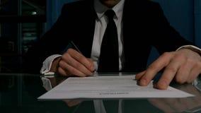Geschäftsleute, die den Vertrag unterzeichnen, um a zu schließen stock video