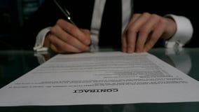 Geschäftsleute, die den Vertrag unterzeichnen, um a zu schließen stock footage