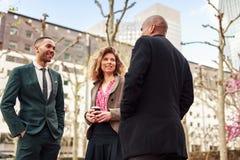 Geschäftsleute, die in der La-Verteidigung, Paris, Frankreich sprechen stockfotos