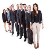 Geschäftsleute, die in der Reihe stehen stockfotografie