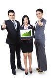 Geschäftsleute, die Diagramm auf Laptop zeigen Lizenzfreies Stockbild