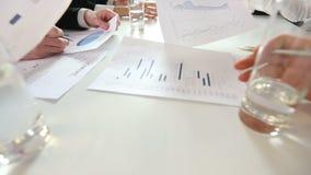 Geschäftsleute, die Diagramme besprechen stock video