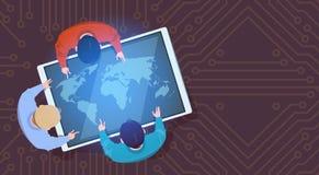Geschäftsleute, die an Digital-Tablet mit Weltkarte-Spitze über Ansicht sitzen lizenzfreie abbildung
