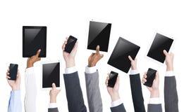Geschäftsleute, die Digital-Tablets halten Stockbilder