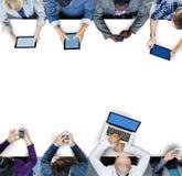 Geschäftsleute, die digitale Geräte in einer Sitzung verwenden stockfoto