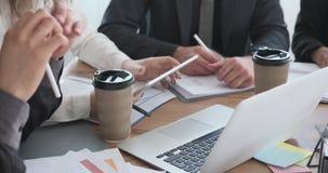 Geschäftsleute, die digitale Tablette und Dokument bei der Bürositzung verwenden stock video footage