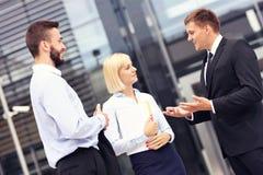 Geschäftsleute, die Diskussion außerhalb des modernen Gebäudes haben stockfotos