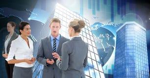 Geschäftsleute, die Diskussion mit hohen Gebäuden mit Weltstatistiken haben Lizenzfreie Stockfotografie