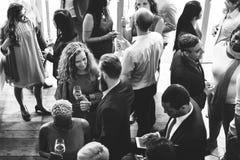Geschäftsleute, die Diskussions-Küche-Partei-Konzept essend sich treffen stockfotos