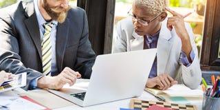 Geschäftsleute, die Diskussions-Laptop-Technologie-Konzept treffen lizenzfreie stockfotografie