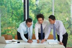 Geschäftsleute, die Dokumente analysieren lizenzfreies stockfoto