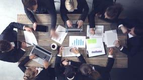 Geschäftsleute, die Dokumente analysieren stock footage