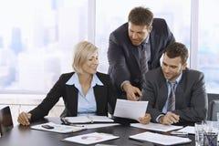 Geschäftsleute, die Dokumente wiederholen Stockfoto