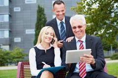Geschäftsleute, die draußen arbeiten Stockbilder