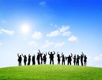 Geschäftsleute, die draußen Erfolg feiern lizenzfreie stockfotografie