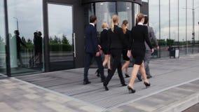 Geschäftsleute, die draußen gehen stock video