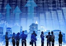 Geschäftsleute, die draußen mit Finanzzahlen arbeiten Lizenzfreies Stockfoto