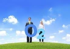 Geschäftsleute, die draußen Sauerstoff halten lizenzfreie stockfotos