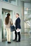 Geschäftsleute, die durch Aufzug warten lizenzfreie stockfotos