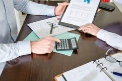 Geschäftsleute, die ein Diagramm analysieren Stockfotos