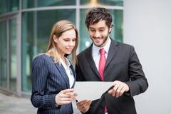 Geschäftsleute, die ein Dokument lesen Stockbild