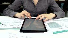 Geschäftsleute, die ein Geschäftsprojekt entwickeln und stock footage