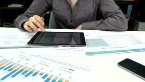 Geschäftsleute, die ein Geschäftsprojekt entwickeln und stock video