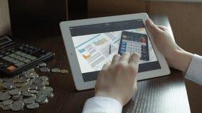 Geschäftsleute, die ein Geschäftsprojekt entwickeln und Marktdateninformationen über einen modernen digitalen Tablettecomputer an stock video