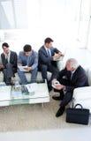 Geschäftsleute, die ein Job inte sitzen und warten Stockfotos
