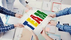 Geschäftsleute, die ein Puzzlespiel zusammenbauen stockfoto