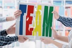 Geschäftsleute, die ein Puzzlespiel zusammenbauen stockfotos