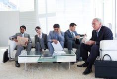 Geschäftsleute, die ein Vorstellungsgespräch warten Stockfotos