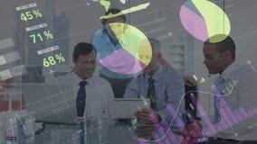 Geschäftsleute, die eine digitale Tablette mit digitalen Daten und Diagrammen auf dem Vordergrund betrachten vektor abbildung
