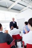 Geschäftsleute, die eine Konferenz applaudieren Stockbild