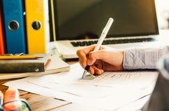 Geschäftsleute, die eine Laptop- und Berichtsfinanzierung verwenden Lizenzfreie Stockbilder