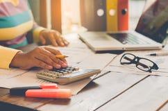 Geschäftsleute, die eine Laptop- und Berichtsfinanzierung verwenden Stockfoto