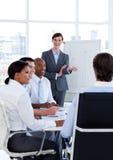 Geschäftsleute, die eine neue Strategie behandeln Stockfoto
