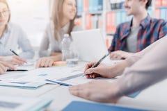 Geschäftsleute, die eine Sitzung haben lizenzfreie stockfotografie
